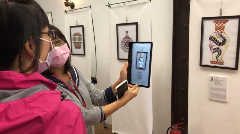 觀賞者即可立即透過平板與畫作的互動掃描方式進而欣賞到動態的畫作與詳盡解釋  圖片來源:玄奘大學