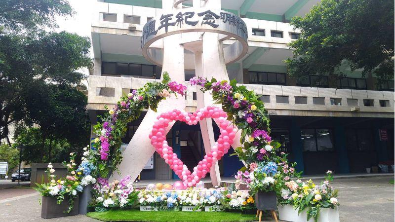 時尚造型與設計系師生以「Flower Flash」花藝快閃,創作佈置出「媽·媽咪啊的花園」。