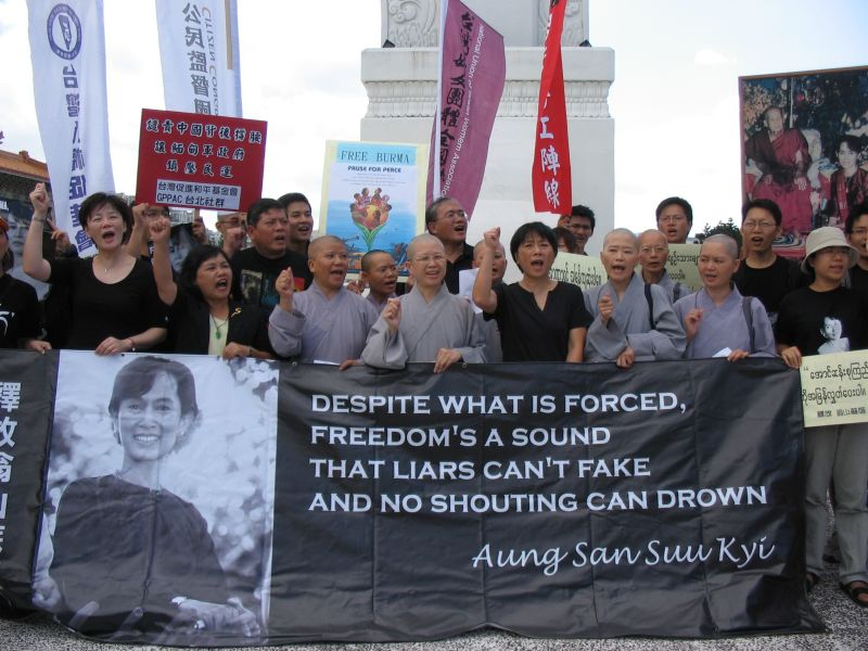 昭慧法師在台北市自由廣場支持緬甸民主運動  圖片來源:玄奘大學