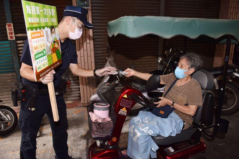 民眾進入市場前出示證件。  圖片來源:高市府經發局