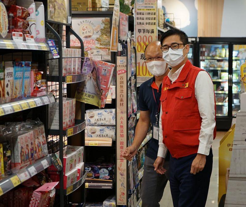 高雄市長陳其邁日前視察賣場確認物資供貨無虞。  圖片來源:高市府經發局