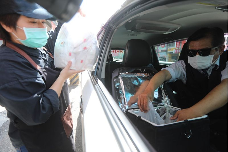 計程車業者比照現行外送規定進行實聯制、消毒並加裝保溫箱配送。  圖片來源:高市府經發局