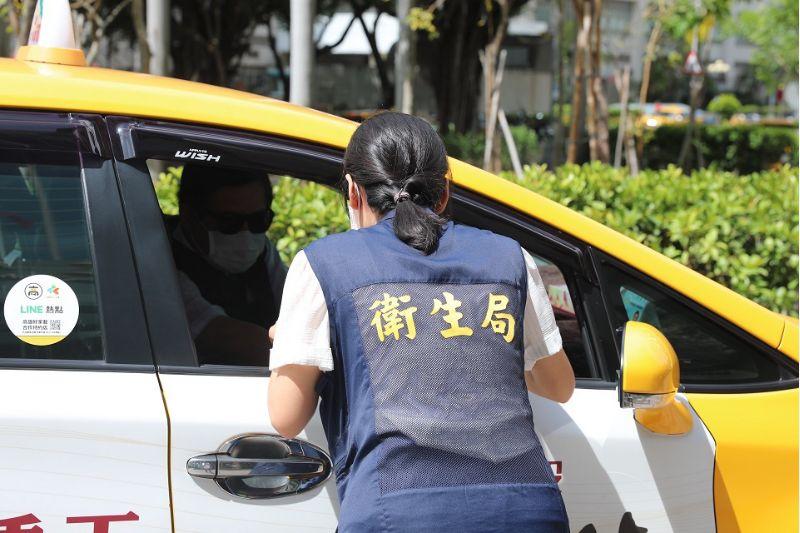 「防疫戰情中心」同仁接受好家載計程車送餐。  圖片來源:高市府經發局