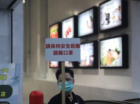 賣場舉牌提醒消費者保持安全距離及佩戴口罩。  圖片來源:高市府經發局