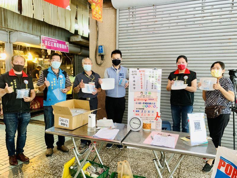 新竹縣議員吳旭智動員補教業及職業工會捐防疫物資給傳統市場  圖片來源:吳旭智