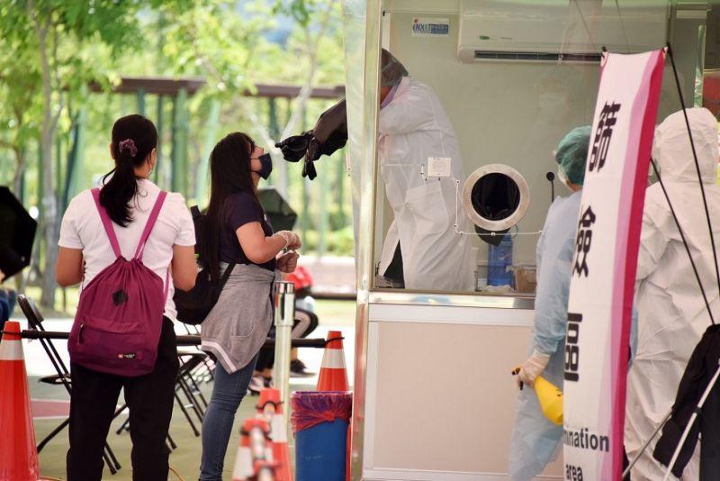移工排隊採檢情形,現場秩序良好,遵守防疫規範。  圖片來源:高市府經發局