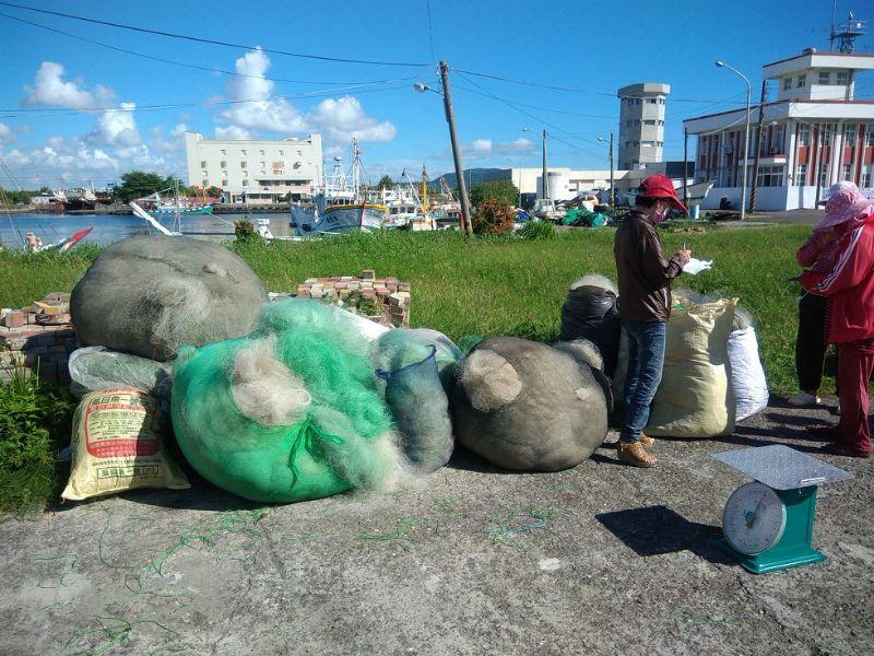 為減少廢棄漁網對海洋生態及漁港環境之影響,高雄市政府海洋局提高廢棄漁網獎勵回收兌換金額。