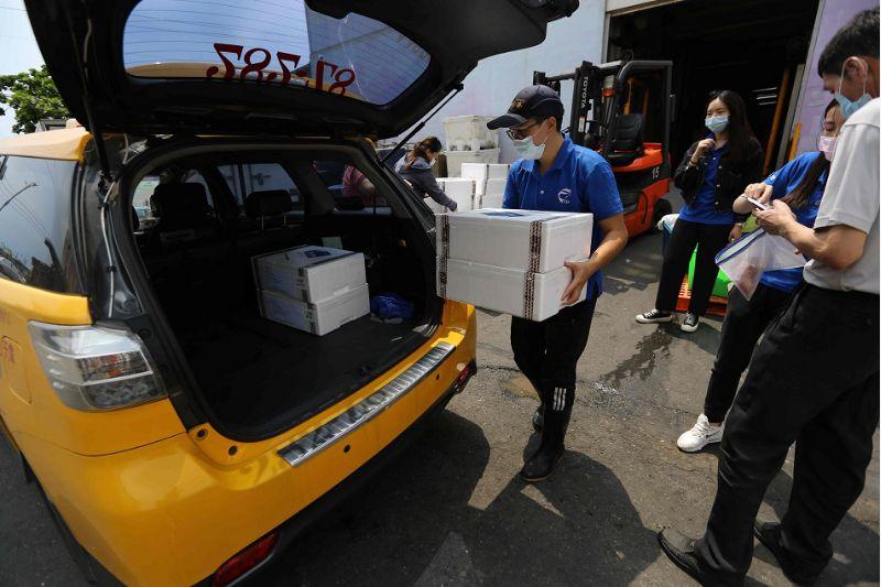 直接由計程車小黃從漁港直送到消費者家,減少群聚又可實質幫到小黃業者和漁民。