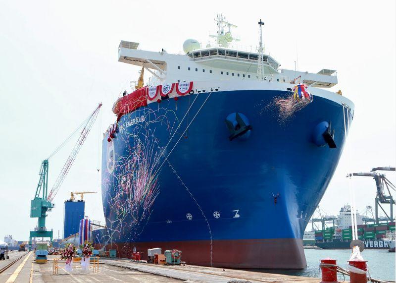 台船6.5萬載重噸級潛舉式甲板重貨載運輪「GPO EMERALD」雲命名。