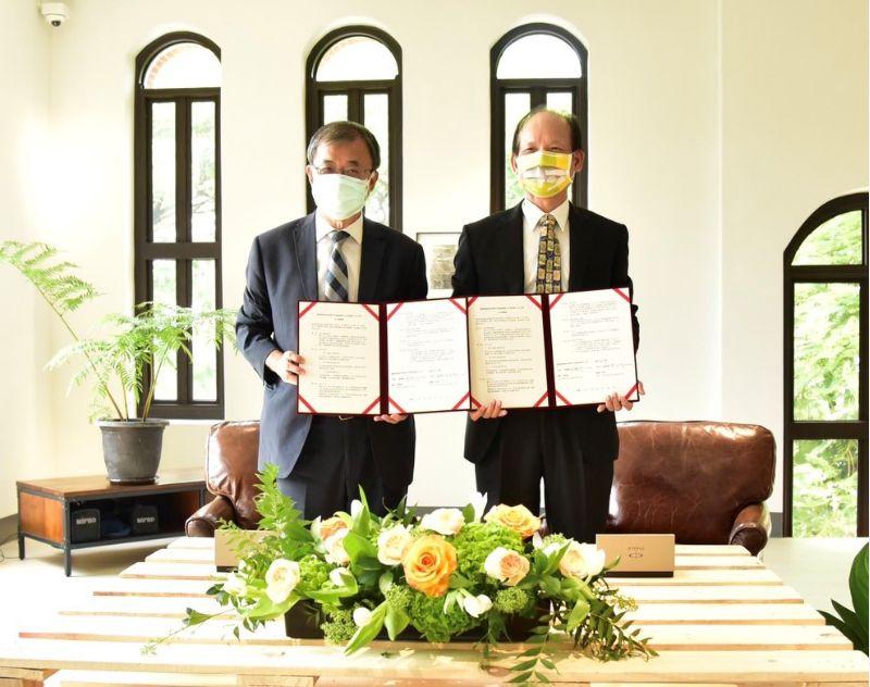 張國明總經理與鄭英耀校長簽署合作意願書。