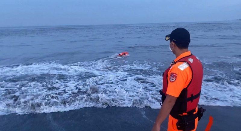 安檢所人員施放遙控式動力救生圈救援體力不支泳客。  圖片來源:海巡署提供