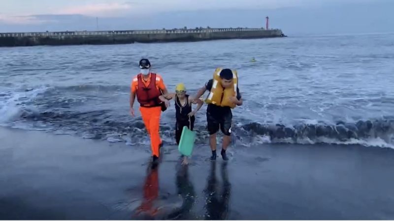 體力不支泳客獲救後身體狀況無大礙,已返回家中休息。  圖片來源:海巡署提供
