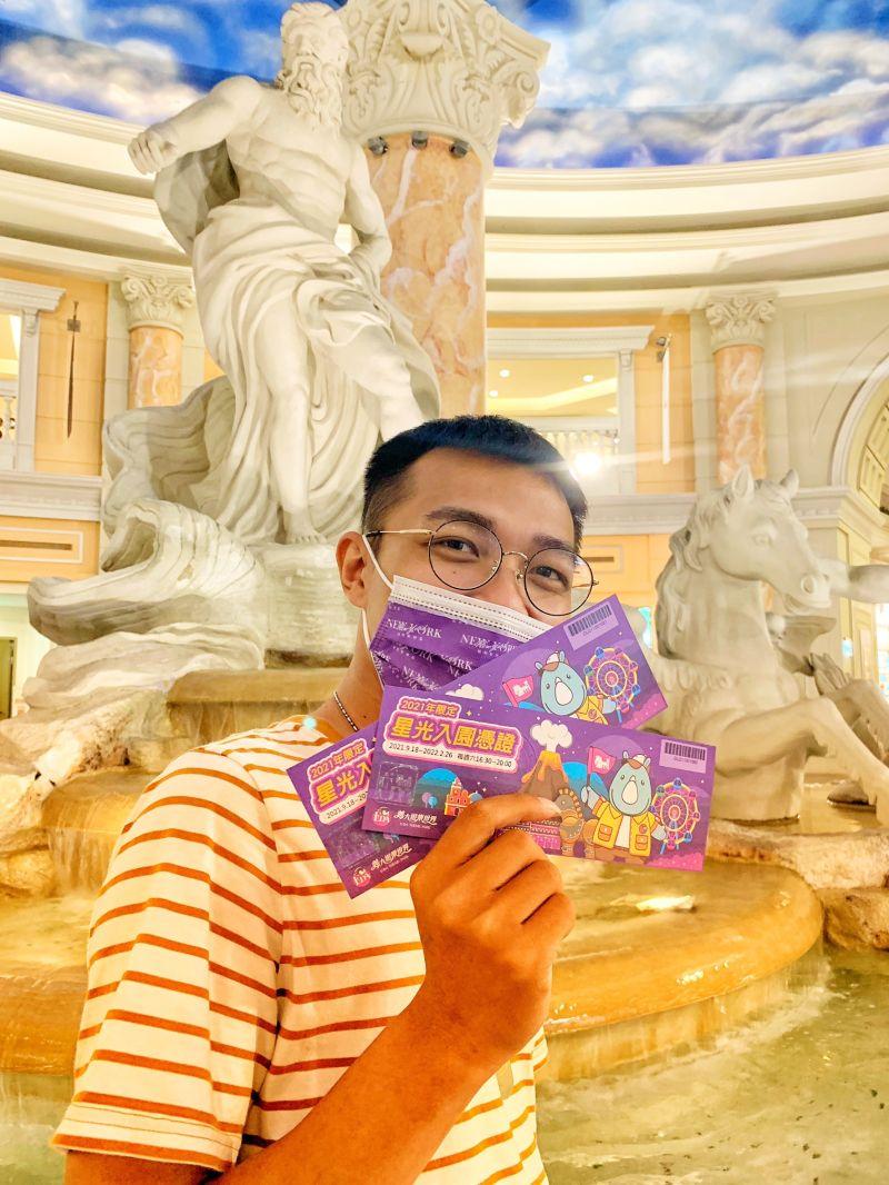 義大購物廣場針對高雄券推出當日全額使用高雄券1,000元,加碼再贈限量義大遊樂世界星光票乙張活動,消費者換到星光票都相當開心。  圖片來源:義大購物廣場提供